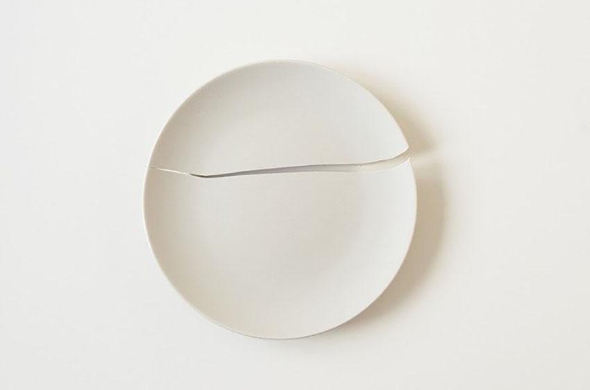 割れたお皿の画像